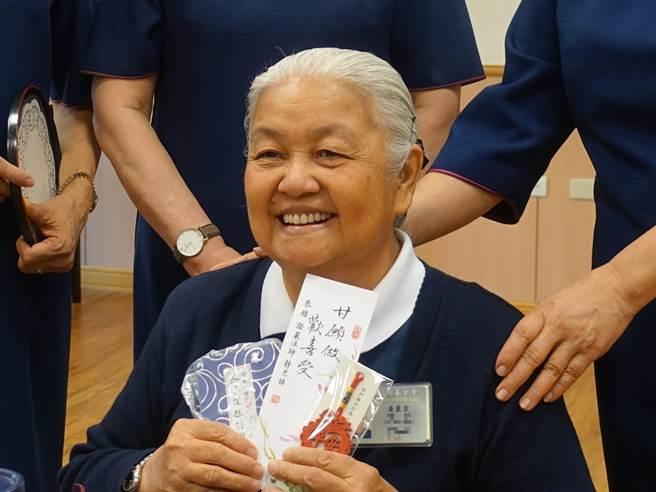 2年前醫師宣布黃麗雲只剩下半年壽命,她忍住病痛投入志工,覺得自己多賺了2年,更提醒自己不要埋怨,做就對了。(圖/慈濟基金會提供)