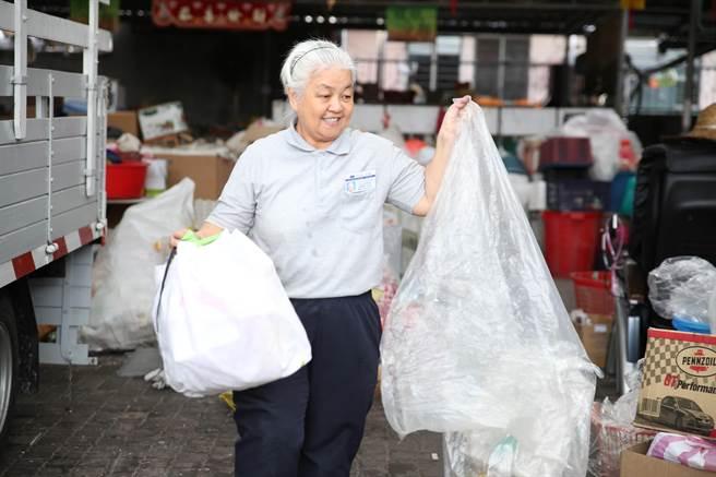 黃麗雲忍住病痛投入慈善、環保等,更用心學習中文聯繫活動、寫訪視紀錄。(圖/慈濟基金會提供)