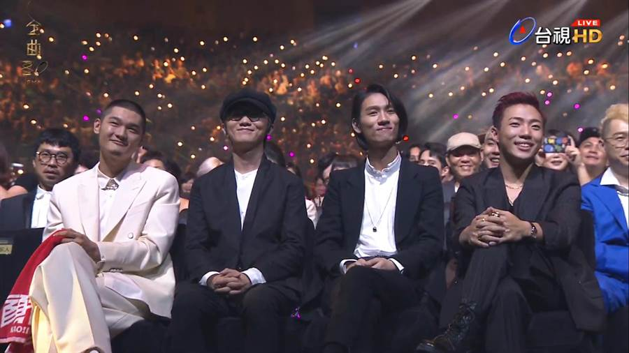 Leo王、謝震廷、柯智棠、ØZI並坐緊張等待得獎結果。(翻攝台視)