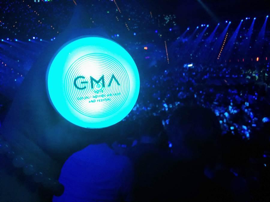 這屆金曲30的亮點之一,主辦單位提供每個觀眾螢光套環,讓粉絲與表演者互動。(林宜靜 攝)