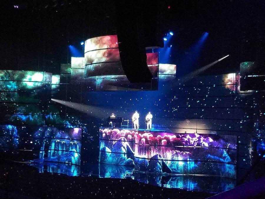 日本團唱團體「柚子」在金曲30表演時,台下看到觀眾揮舞螢光套環!(林宜靜 攝)