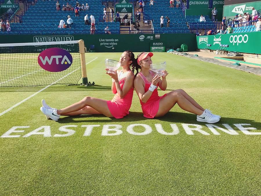 詹詠然(右)、詹皓晴(左)在英國伊斯特本網球賽女雙奪冠,是姐妹倆今年第3座冠軍。(劉雪貞提供)