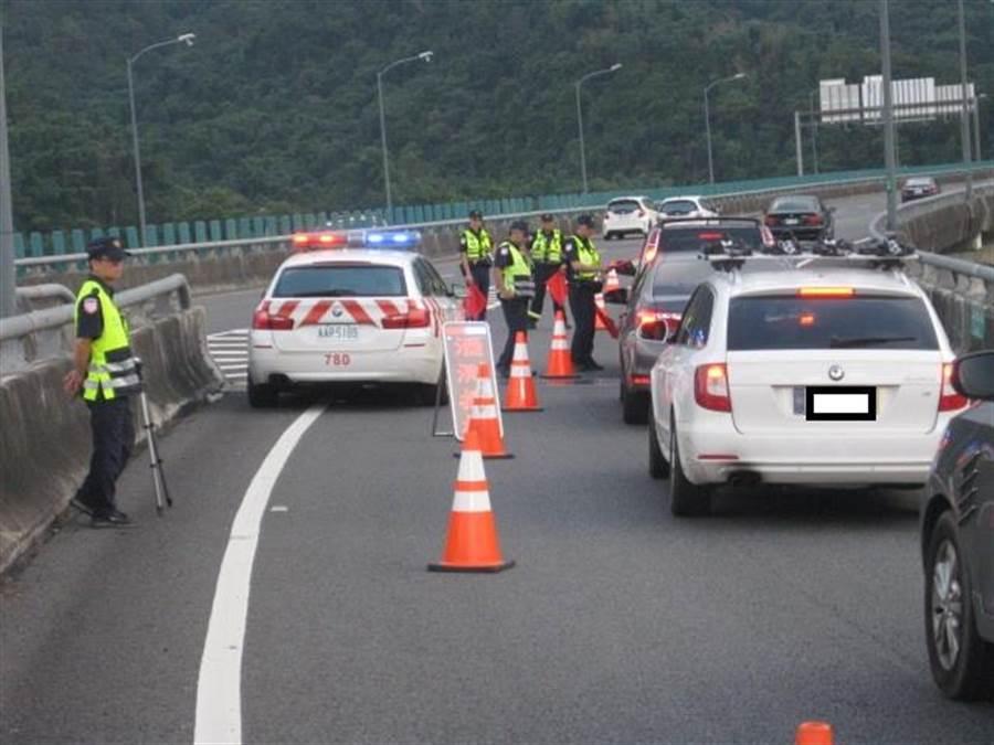 國道七隊擴大酒後駕車路檢。(吳敏菁翻攝)