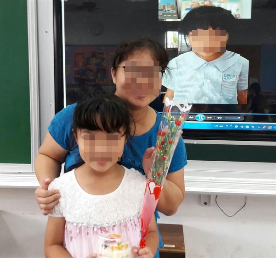 翁媽媽與大女兒一起參加學校母親節活動,母女感情好。(廖素慧翻攝)