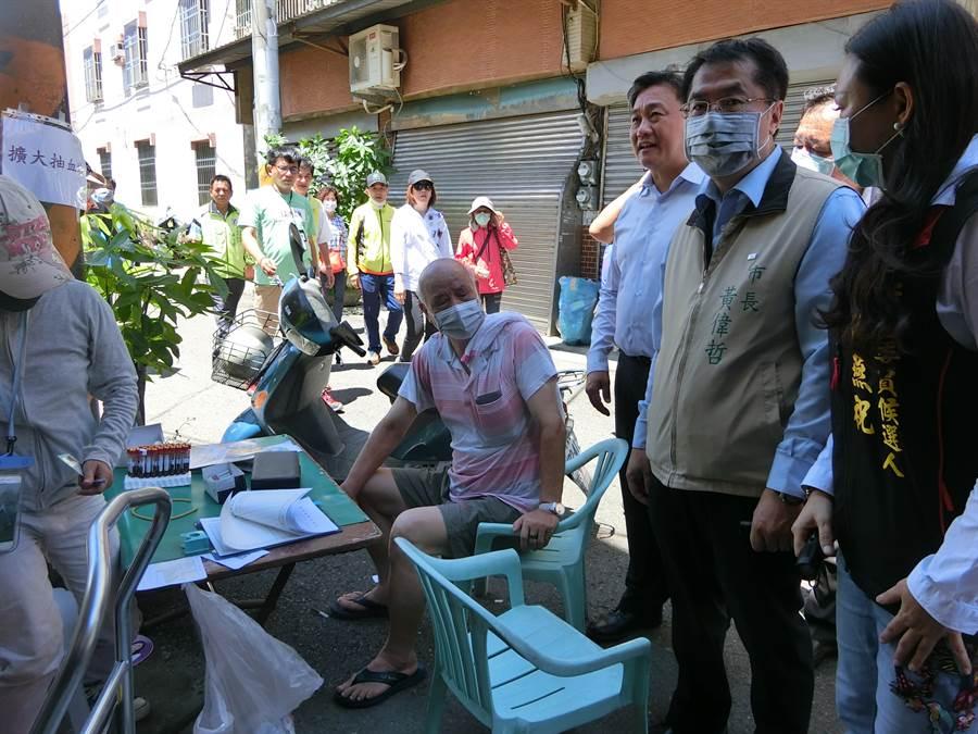 台南市長黃偉哲今天到甲頂里實地了解登革熱防疫情形。(曹婷婷攝)
