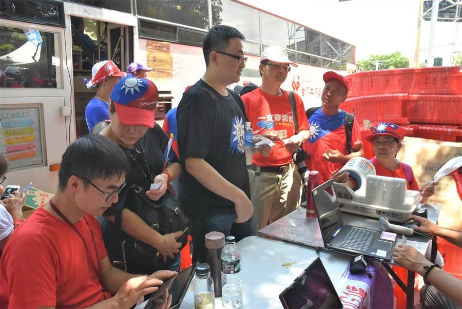 高雄市長韓國瑜新竹造勢場,韓粉踴躍捐血表示支持韓國瑜心聲。(莊旻靜攝)