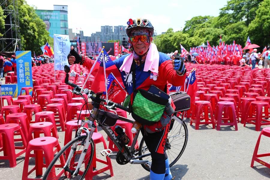 台南68歲韓粉楊豐裕一身國旗勁裝,專程騎14個小時自行車趕到新竹。(徐養齡攝)