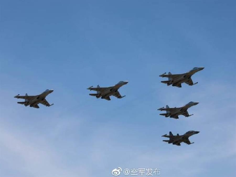 中國空軍4架蘇-35與1架蘇-30(右1)組成的5機編隊資料照照(微博@空軍發佈)