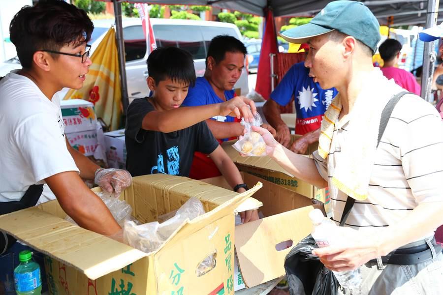 彰化縣農會免費贈送3萬顆茶葉蛋,吸引大批民眾排隊。(徐養齡攝)