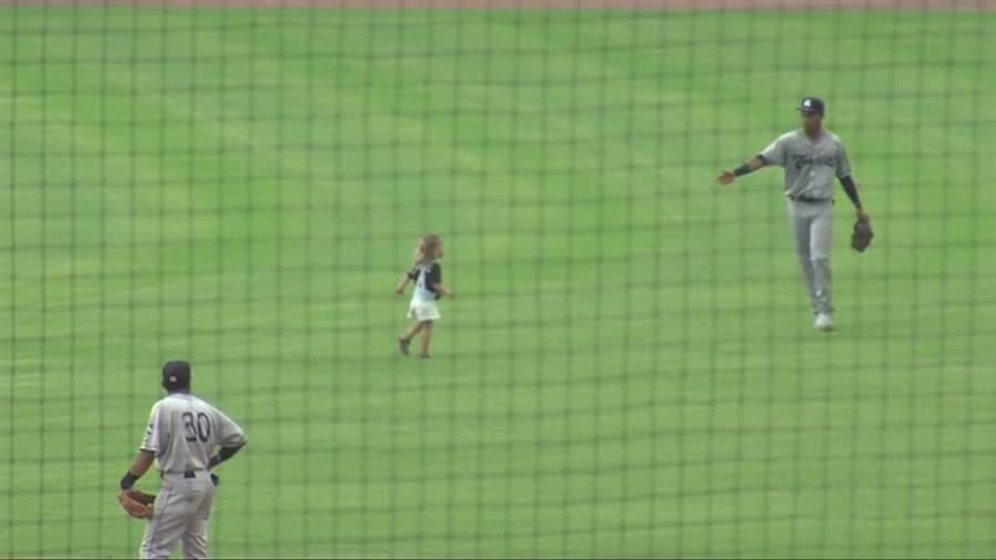 小聯盟1A的比賽中,意外有小女孩闖入。(截自臉書Charleston Riverdogs)