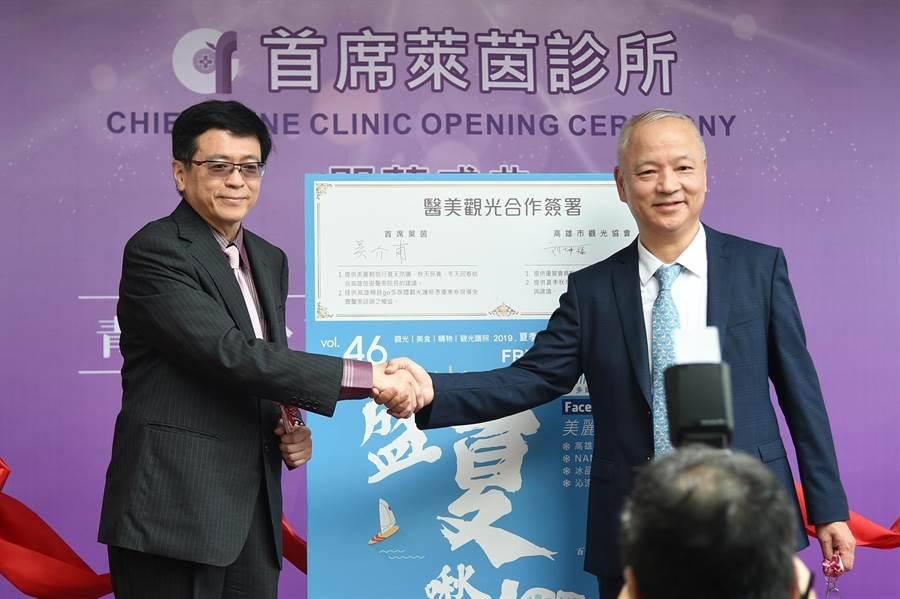 「首席萊茵」院長吳介甫(左)與高市觀光協會理事長劉坤福(右)今日簽署合作推展醫療觀光。(柯宗緯攝)