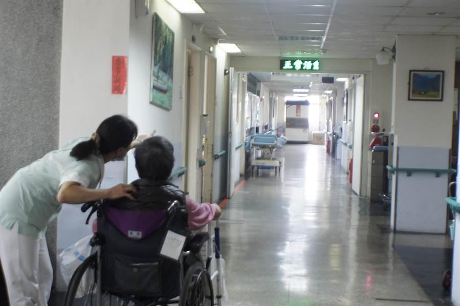 病人自主權利法今年年初上路,病人只要簽署預立醫療決定書前,一旦死亡無法避免,家屬和醫師必須依其預立的醫療決定執行醫護。(馮惠宜攝)