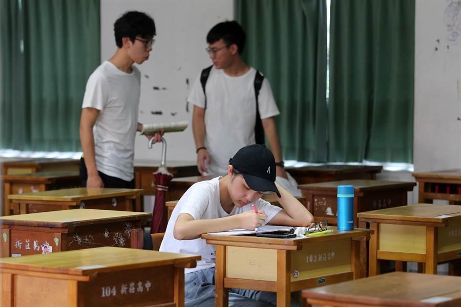 有考生在試場內複習課業,除了可以先適應座位外,也為大考做最後衝刺。(黃世麒攝)