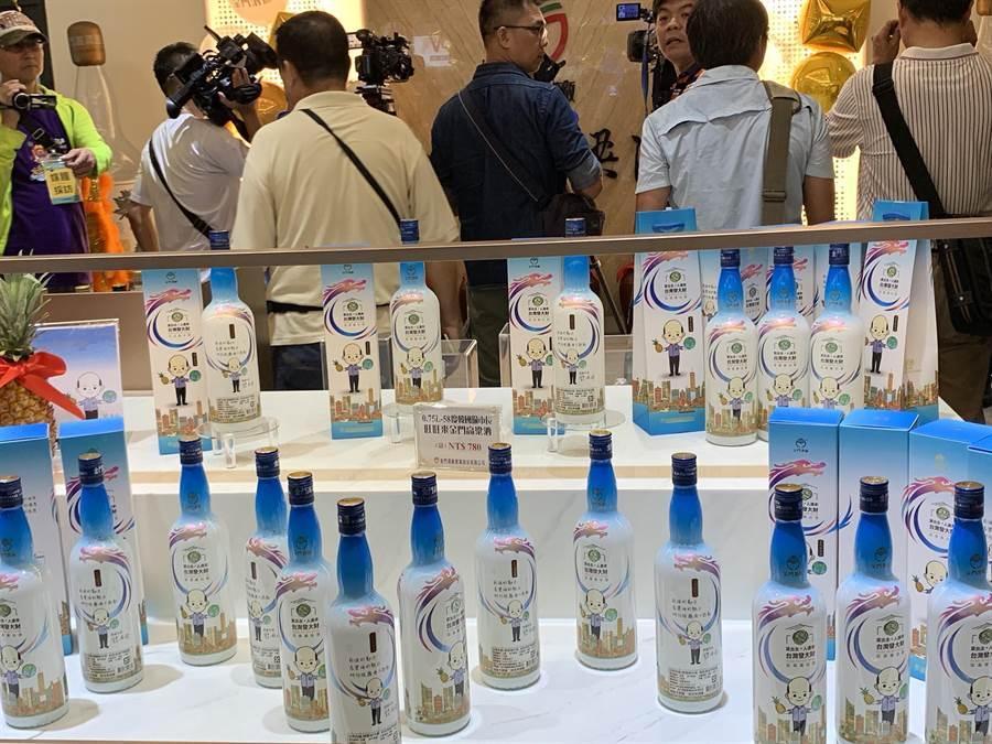 金門酒廠高雄門市今喬遷,也招來Show Girl宣傳「韓國瑜高粱酒」。(柯宗緯攝)