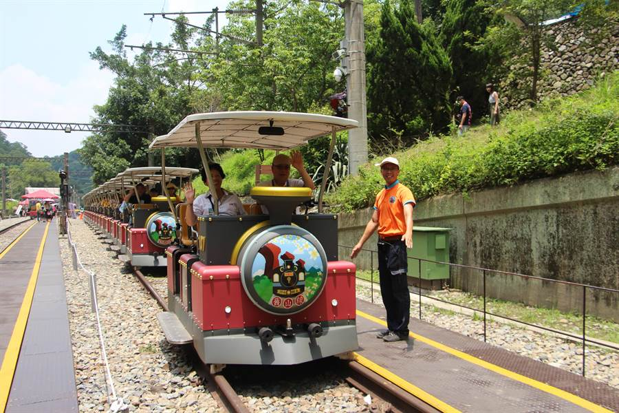 鐵道自行車吸引全台遊客,縣府規畫旅遊路線,供民眾參考暢遊三義風光。(何冠嫻攝)
