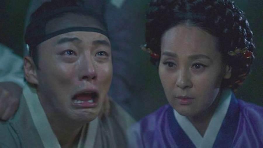 韓國女星全美善(右)演出過不少韓劇,卻在昨(29)日驚傳輕生身亡消息,讓不少和她合作過的演員,包含尹施允(左)今日現身靈堂都哭成一片不敢相信。(圖/翻攝自韓網)
