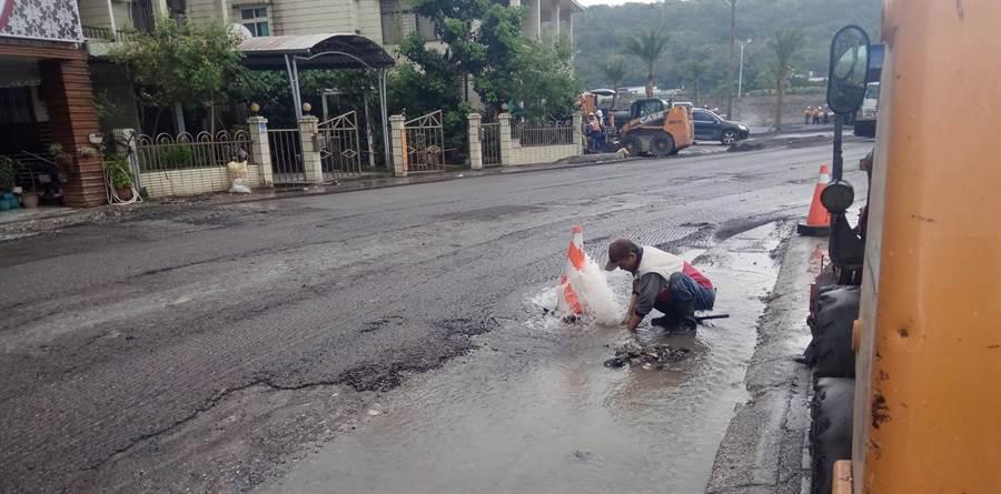 台水公司鑑於去年花蓮0206強震造成管線受損停水,引進日本耐震接頭7月底在花蓮試辦接管。(許家寧攝)