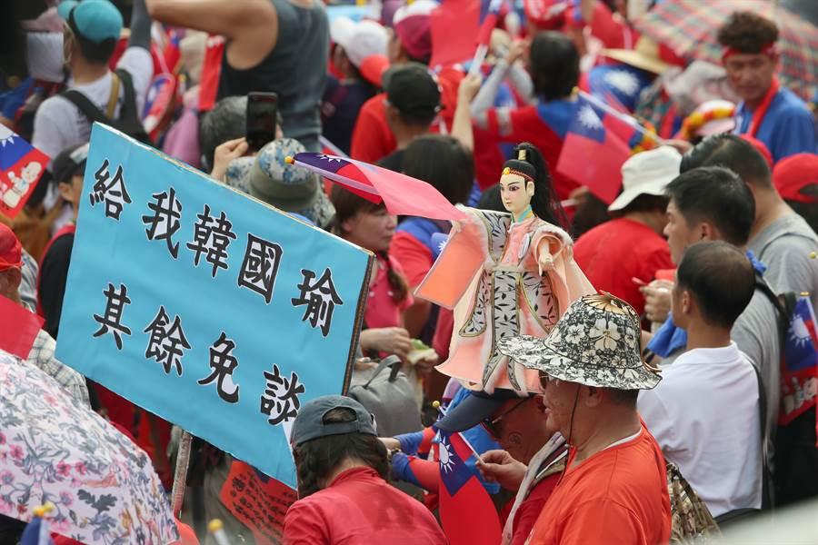 新竹挺韓大會,民眾手持標語支持韓國瑜。(圖/陳麒全)