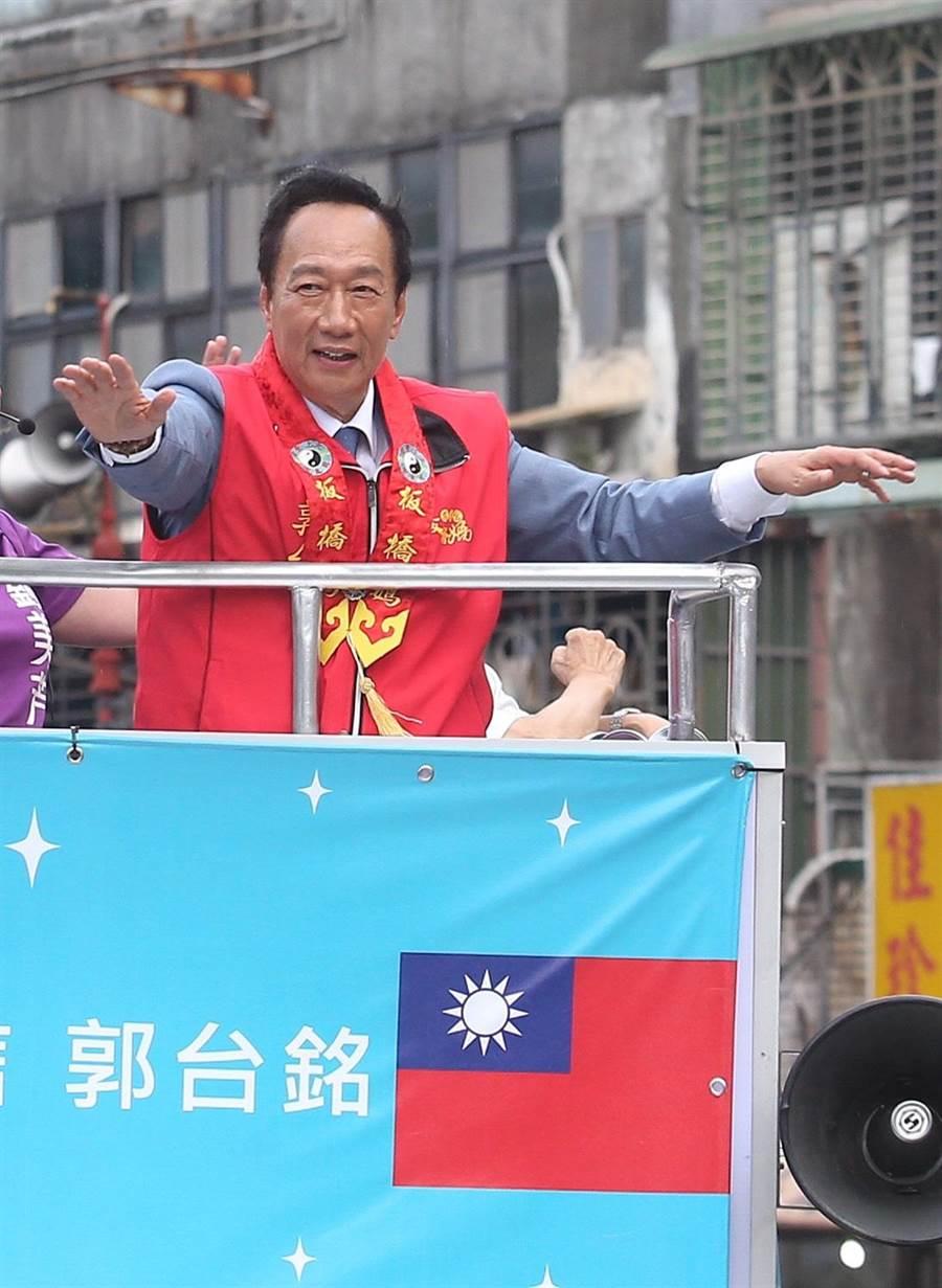 國民黨總統初選候選人郭台銘首場大型造勢活動30日舉行,活動前,郭董(見圖)站在戰車遊街,爭取在未來民調勝出。(陳怡誠攝)