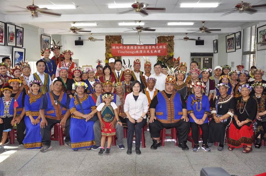 总统蔡英文与林得次长老家族及部落合影。