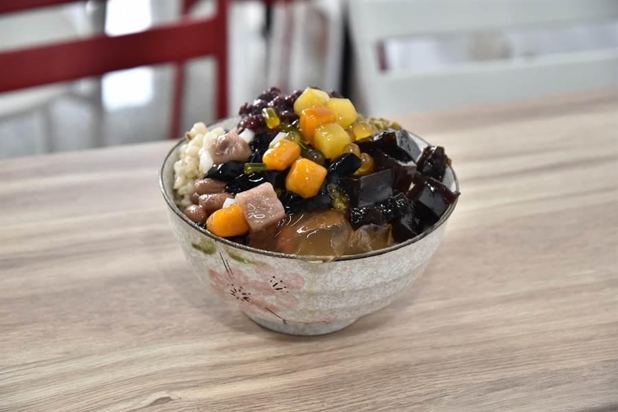 高雄市岡山區阿婆芋圓賣的綜合冰料多實在。(林瑞益攝)