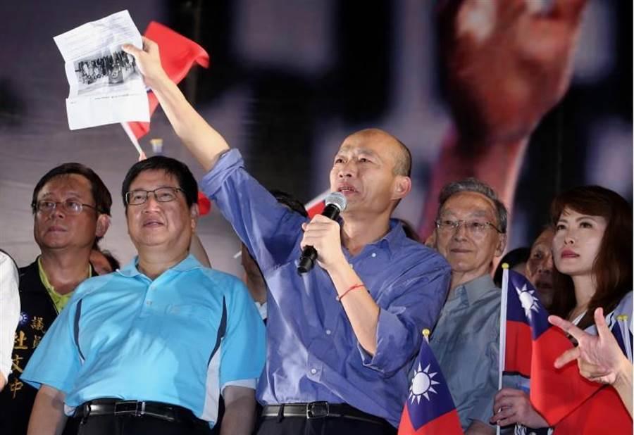 高雄市長韓國瑜30日晚間參加新竹場大造勢,秀出A4的紙說,對比去年印尼、越南爆發登革熱,我中央政府出錢出力出經驗,卻對高雄漠不關心。(陳麒全攝)