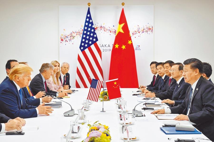 美國總統川普(左一)與大陸國家主席習近平(右一)率領重要官員展開會談。(路透)