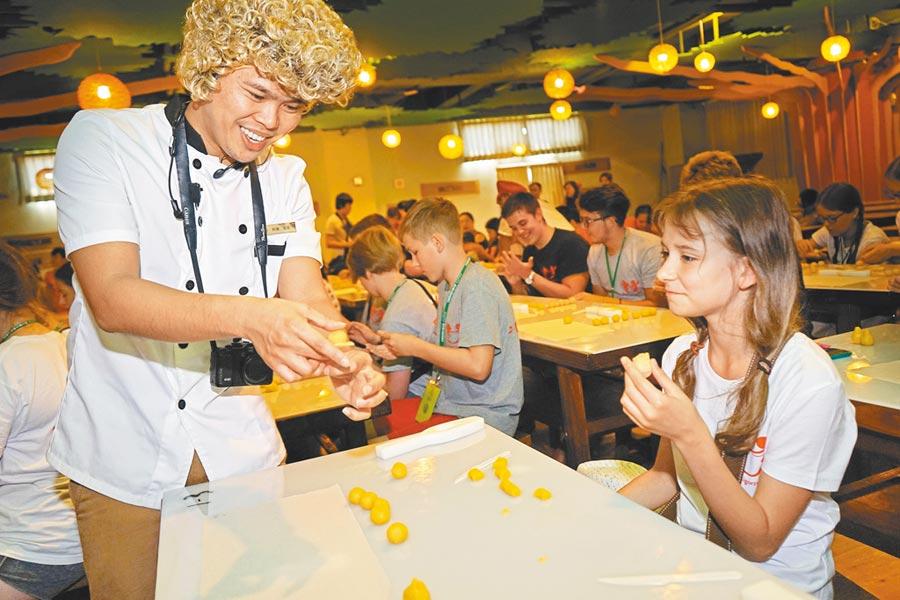 孩子到宜蘭餅發明館DIY「可愛召喚獸」餅,師傅在旁指導。(本報資料照片)
