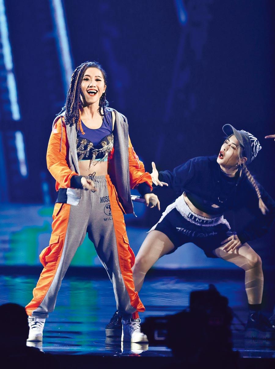 Lulu(左)開場表演炒熱全場氣氛。