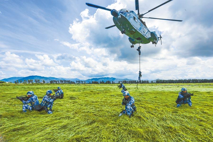 大陸加速軍事建設,圖為海軍陸戰隊「蛟龍突擊隊」隊員進行直升機滑降訓練。(中新社資料照片)