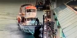 賞鯨船員工腳滑墬海 乘客火速救援