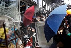 港示威者已撞爛立法會玻璃 警方發射胡椒噴霧