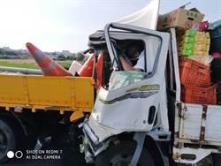 朴子交流道水果貨車追撞工程車 駕駛遭夾無生命跡象