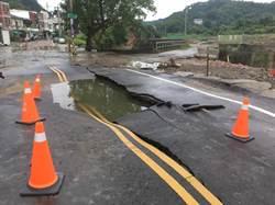 頭份水源路地下水管爆裂 道路裂痕怵目驚心