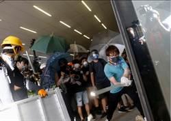 香港抗爭者闖入立法會 試圖撬開鐵捲門