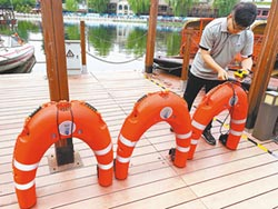 救援神器 智能游泳圈勇救落水客