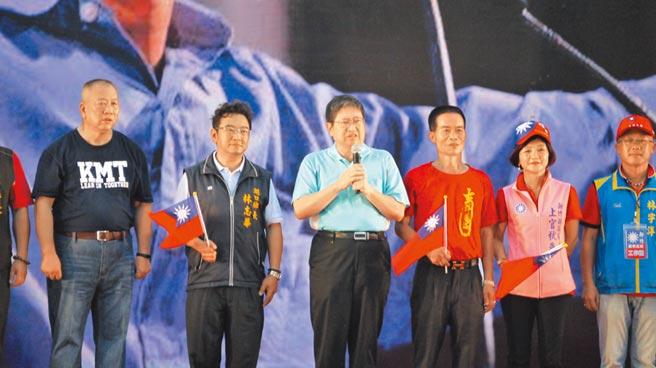 新竹縣長楊文科(右四)表示,台灣需要的不只是風調雨順,還要國民黨在明年大選重返執政。(本報系記者陳育賢攝)