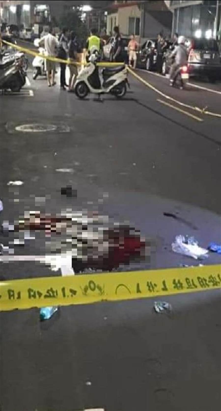 1名約20多歲的越南籍男子,今晚於五股區御成路一間超商前,遭人砍傷,身中數刀倒臥血泊當中。(吳亮賢翻攝)