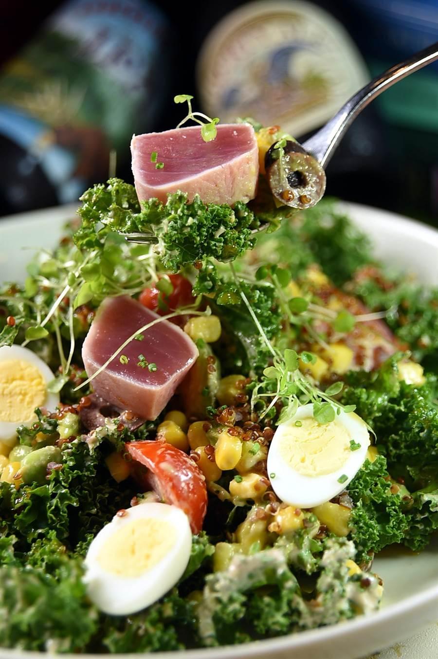 〈Buttermilk〉新主廚Jason周建宏演繹的〈鮪魚甘藍沙拉〉,羽衣甘藍葉的口感帶有一股特殊的「彈性」,與醬汁拌勻後可使之「柔化」。(圖/姚舜)