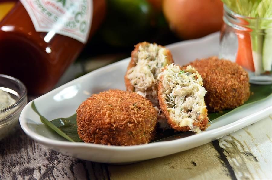〈BUTTERMILK〉夏季新菜〈黃金蟹肉餅〉,餅內滿滿都是藍鑽蟹肉,吃來很過癮。(圖/姚舜)