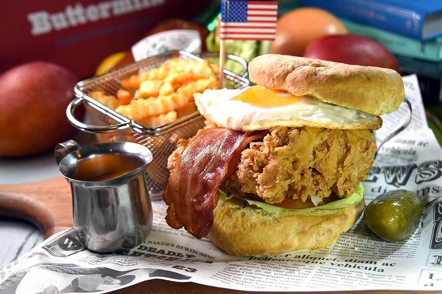 〈Buttermilk〉摩登美式餐廳夏季新菜〈阿嬤炸雞比司吉超級堡〉,個頭壯碩、 用料澎湃,為一巨無霸級漢堡。(圖/姚舜)