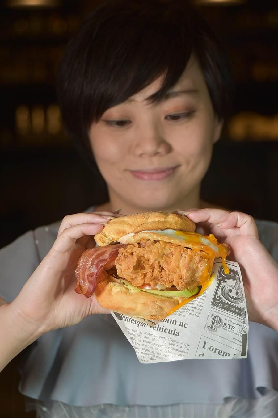 〈Buttermilk〉摩登美式餐廳夏季新菜〈阿嬤炸雞比司吉超級堡〉很大,女生不易Hold得住。(圖/姚舜)