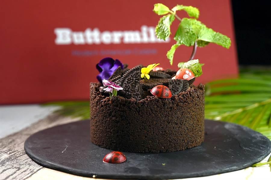 甜點〈密西西比花農泥巴派〉是巧克力控最愛,外層為自製巧克力酥餅,包裹住巧克力慕斯,上面灑上Oreo餅乾脆片再裝飾巧克力做成的瓢蟲、蘑菇、食用花與薄荷葉。(圖/姚舜)
