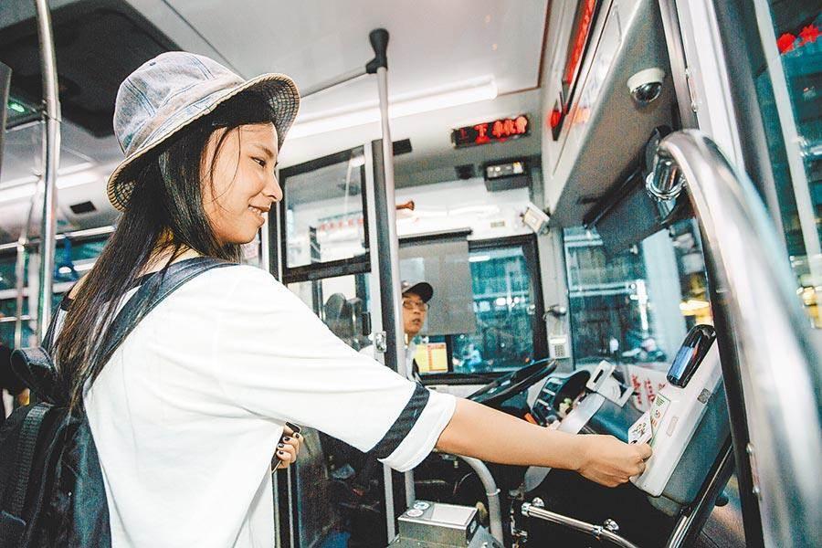 雙北市公車今天(7/1)起上下車皆須刷卡。(本報資料照)