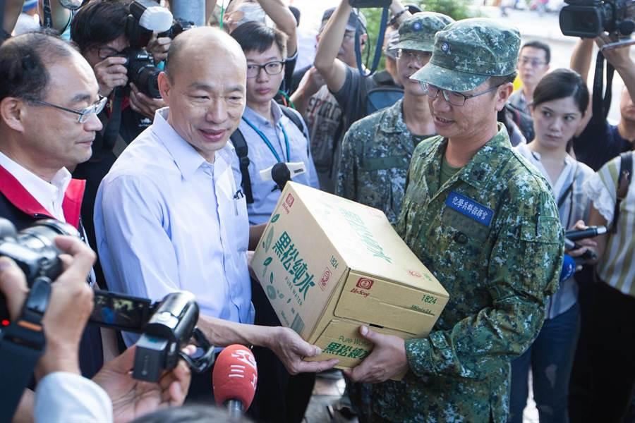 韓國瑜贈送箱水,感謝國軍化學兵加入高市登革熱防疫的辛勞。(袁庭堯攝)