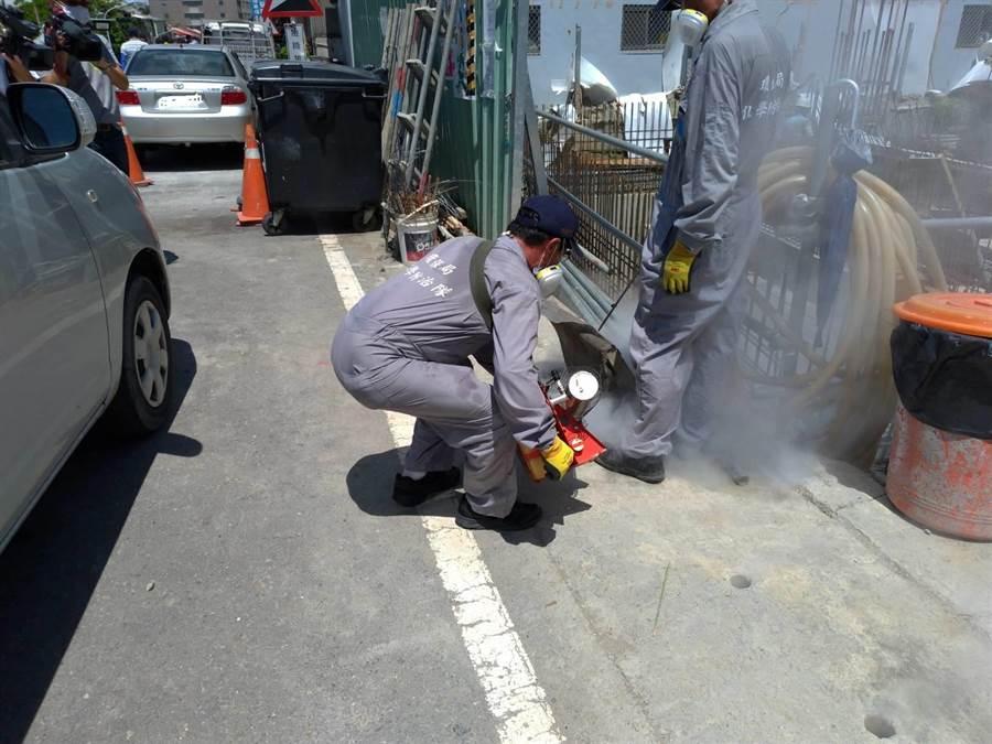台南市永康區發生今年首例本土病例,啟動戶外化學兵防疫。(台南市衛生局提供)