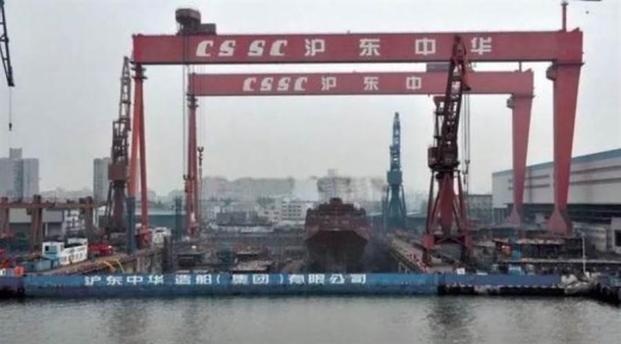 盛传解放军第一艘075型两栖攻击舰已经开始在上海沪东中华造船厂组装。(网路)