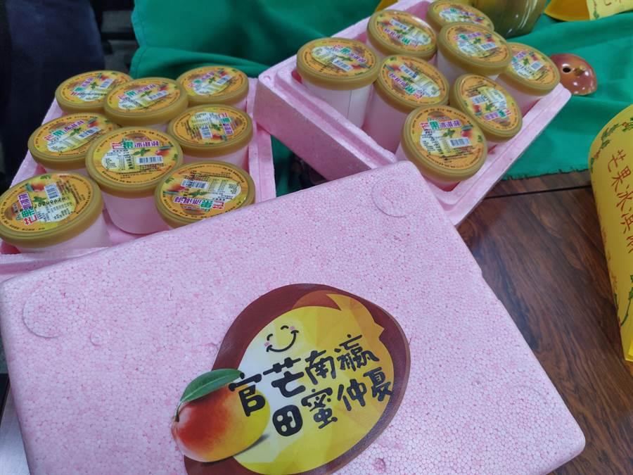 官田區農會開發的芒果冰淇淋,7日活動當天提供民眾以10元優惠價格品嘗。(莊曜聰攝)