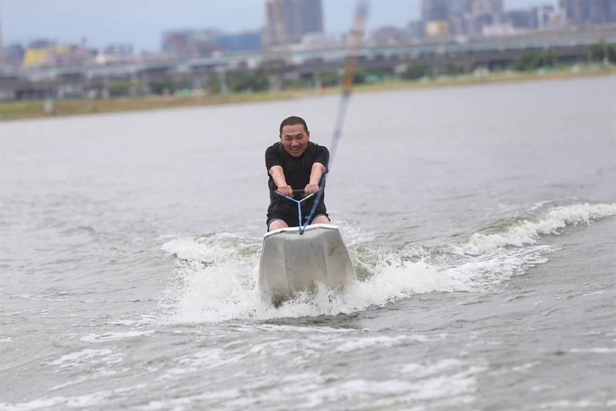 侯友宜展現專業架式,全程不但沒有落水,更穩踏在滑水板上乘風破浪,帥氣十足。(吳亮賢翻攝)