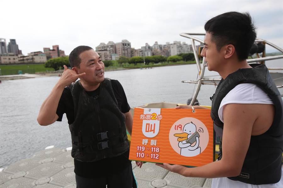 侯友宜化身水域安全大使,示範起「救溺五步」。(吳亮賢翻攝)